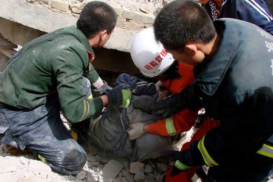 Los equipos de rescate sacan a una persona de un edificio derrumbado. Foto: AP