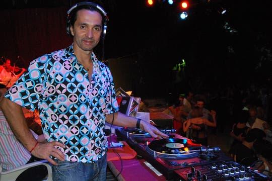 Gustavo Rosas, fanático del vinilo, en Europa se atreve a pasar tango electrónico. Foto: Gentileza Gustavo Rosas