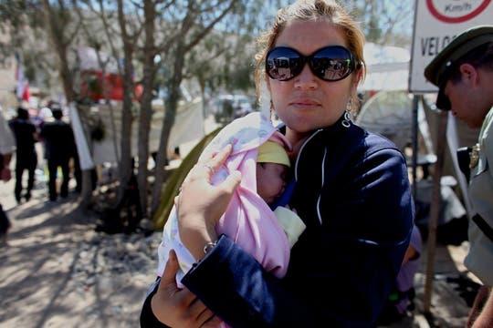 Elizabeth y su beba, Esperanza Ticona, que nació días después que su padre quedara atrapado en la mina. Foto: LA NACION / Aníbal Greco