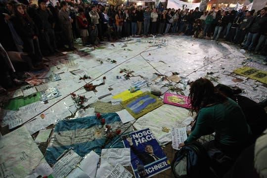 Miles de cartelitos para Néstor, Cristina y su familia. Foto: LA NACION / Fabián Marelli