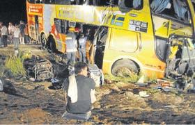 Así quedó el ómnibus tras chocar con un camión que transportaba cemento