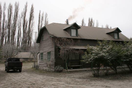 Vista de una casa cubierta de ceniza, el cambio de vientos alivió la situacion en Bariloche Y Villa La Angostura, que fueron algunos de los lugares más afectados. Foto: AFP