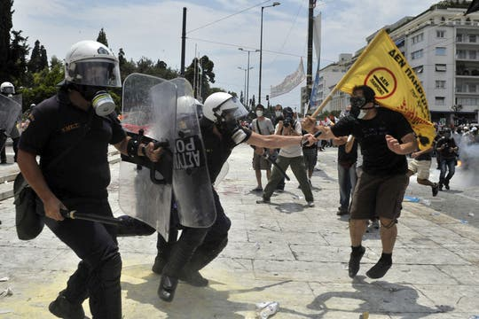 Los manifestantes se enfrentan con la policía fuera del Parlamento griego. Foto: AFP