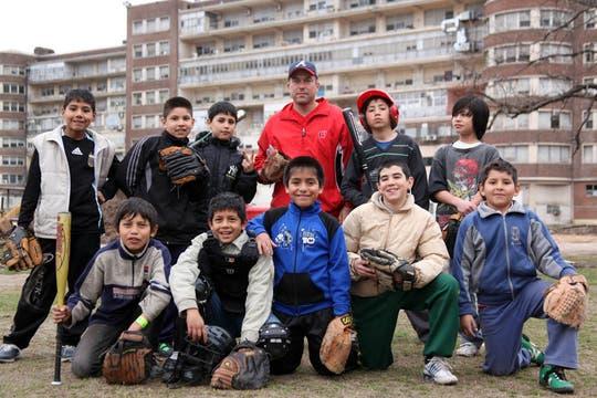 Los chicos del equipo de Las Aquilas junto a Mike. Foto: LA NACION / Sebastián Rodeiro