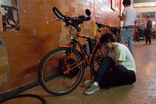 Un chico trata de arreglar su bici, en uno de sus primeros intentos. Foto: LA NACION / Matías Aimar