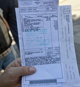 Indignado, Roberto Oscar Barbalace mostró su recibo