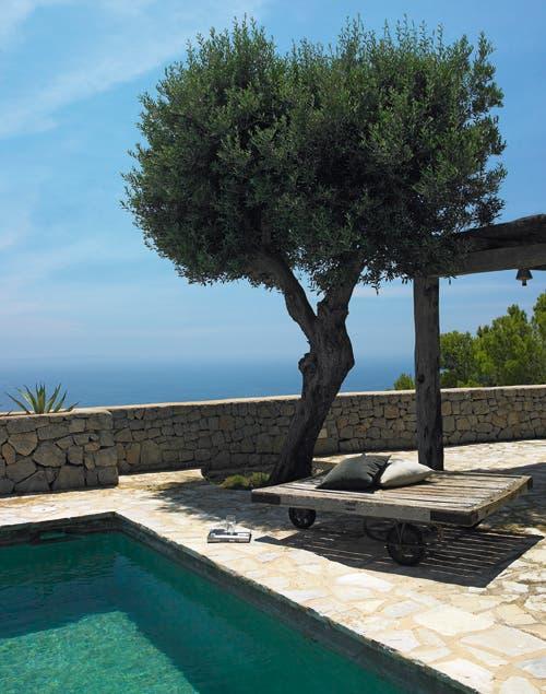 Un espacio para disfrutar de la pileta, el sol y el aire libre ¡Por ese balcón, nos espera una increíble vista!.