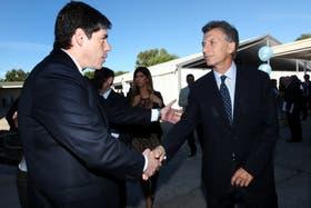 Abal Medina y Mauricio Macri se saludan durante la inauguración de la Universidad Di Tella