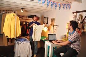 En Galpón de Ropa, Gonzalo Posse les da un toque cool a las prendas usadas