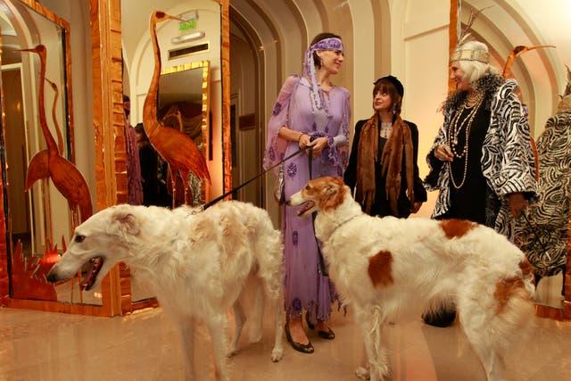 Gloria César (der.), a cargo de la espectacular ambientación, posó en la entrada al Salón Dorado, del Plaza, junto a dos glamorosos perros