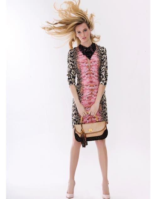 Animal print: vestido con estampas digitales y manga al codo, especial para revista Susana (Consultar precio, MÉNAge À trois). Minibag combinada con manija de bambu ($1000, Di Domenico).