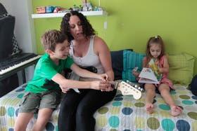 Iván Suárez enseña a su madre a tocar la guitarra