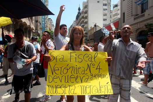 Un grupo de manteros vuelve a cortar el tránsito y protestan en la Avenida Pueyrredón y corrientes a metros de la estación de Once. Foto: LA NACION / Silvana Colombo