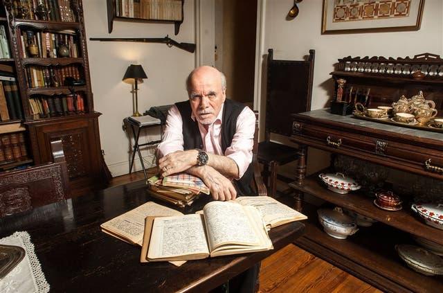 Abelardo Castillo, en su casa, con los primeros cuadernos en que fue registrando sus diarios