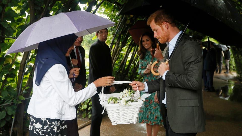 Un obsequio de flores es presentado al Príncipe Harry durante un evento conmemorativo por el aniversario de 20 años de la muerte de la Princesa Diana. Foto: AP / Kirsty Wigglesworth
