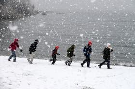 Los turistas se mostraron entusiasmados con la nieve y comenzaron a replicar sus fotos en las redes sociales, mientras que los locales descargaban sus quejas en las radios locales ante la falta de previsiones que llevan a los innumerables inconvenientes ante l