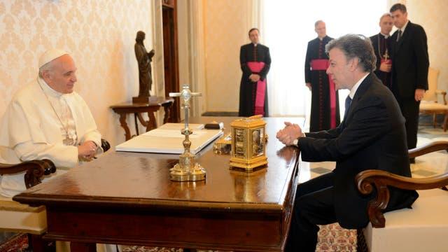 El Sumo Pontífice escucha atentamente al presidente de Colombia, Juan Manuel Santos. Foto: Archivo