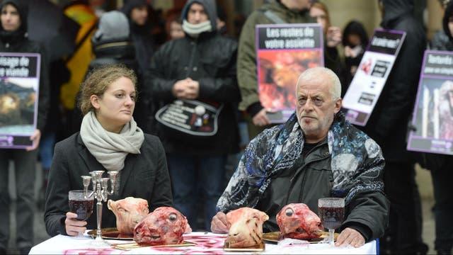 Activistas veganos en París, el 30 de enero de 2016, realizan una