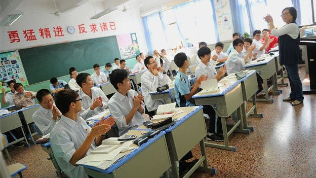 El profesor lidera y los estudiantes repiten al tiempo: la clase es considerada como una unidad
