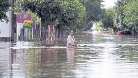 En La Emilia, cerca de San Nicolás, el agua causó daños y obligó a evacuar a parte de la población
