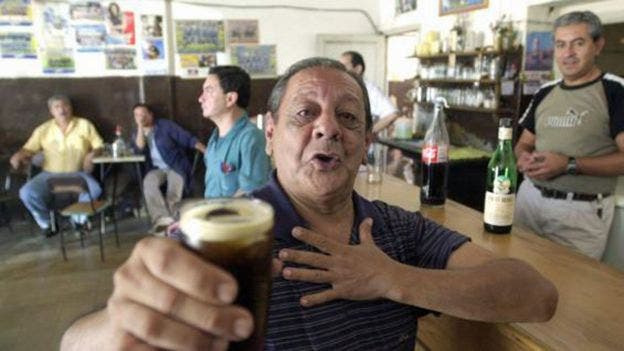 Este es el Negro Becerra, baterista del famoso cantante Jairo y artífice por accidente, se cree, de la mezcla del fernet con coca en los años 70