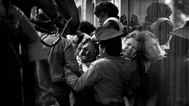 Argentina ha sido el escenario de grandes luchas por derechos que han tenido efectos y ovación en todo el mundo. Una de ellas fue la lucha de las Madres de la Plaza de Mayo en busca de sus hijos desaparecidos por el gobierno militar.