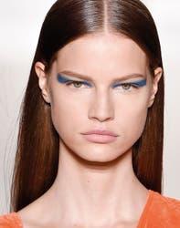 El azul es el color de la temporada y no hay que tenerle miedo. Un dato: para las mujeres de ojos marrones es el único tono frío que realza la mirada sin quedar artificial.