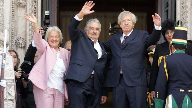 José Mujica durante su presidencia, saluda junto a su esposa, la en ese momento presidenta de la Asamblea Legislativa Lucía Topolansky, y el vicepresidente electo Danilo Astori