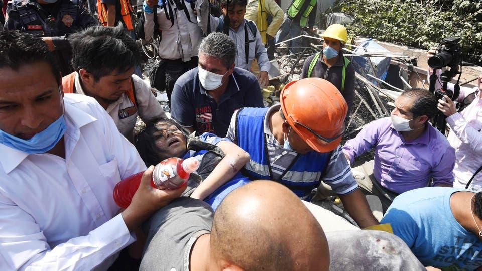 Una mujer es rescatada entre los escombros en Ciudad de México