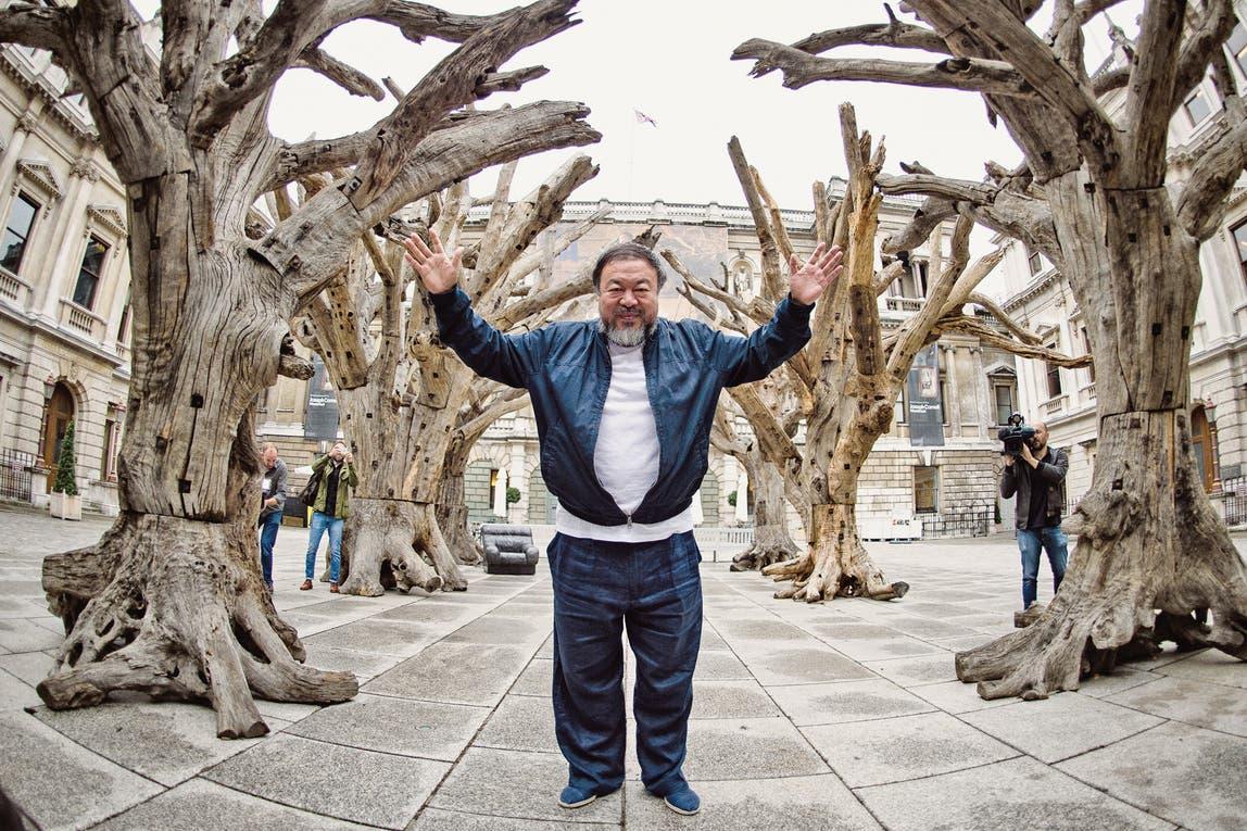 Weiwei, junto a su obra, Tree, en el patio de la Real Academia de las Artes en Londres