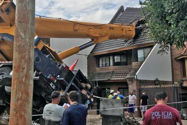 Ocurrió pasadas las 15.30 cuando la máquina intentaba colocar una pileta prefabricada de fibra de vidrio dentro de una de las viviendas de la zona