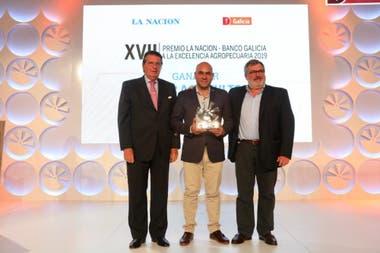 Matías Vázquez, con el premio para Cresud como Mejor Agricultor, y Sergio Dulcich