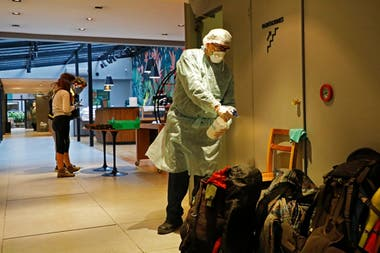 Personal de la salud y voluntarios asisten a las personas con coronavirus que son aisladas en los hoteles porteños