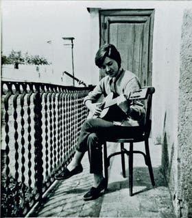 La guitarra y el canto: esas dos herramientas fueron para María Elena un pasaporte que le abrió las fronteras del mundo (Sevilla, 1950)