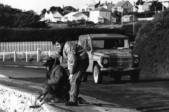 Pérez Andrade mira cómo un militar coloca minas en la bahía de Puerto Argentino. Foto: Gentileza Diego Pérez Andrade