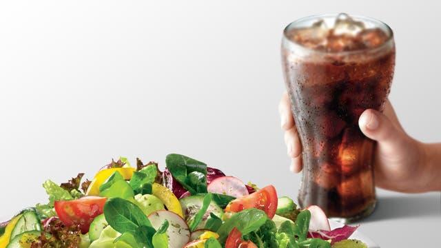 No es el mejor momento para comer ensaladas con verdes y las gaseosas son enemigas