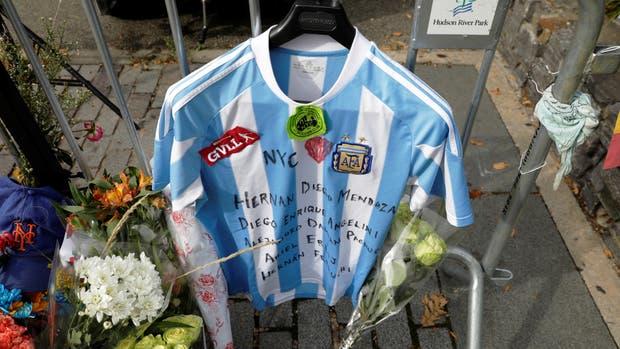 La camiseta Argentina en el altar conmemorativo en West Street, Nueva York