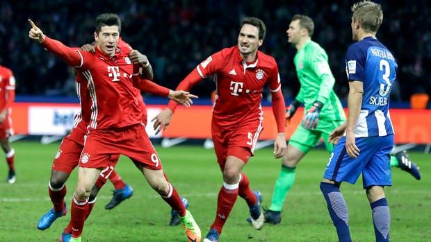 Lewandoski festeja su gol sobre la hora