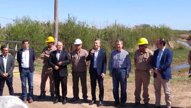 El presidente Macri, en el centro, con los gobernadores de Córdoba y Santa Fe, entre otras autoridades y operarios