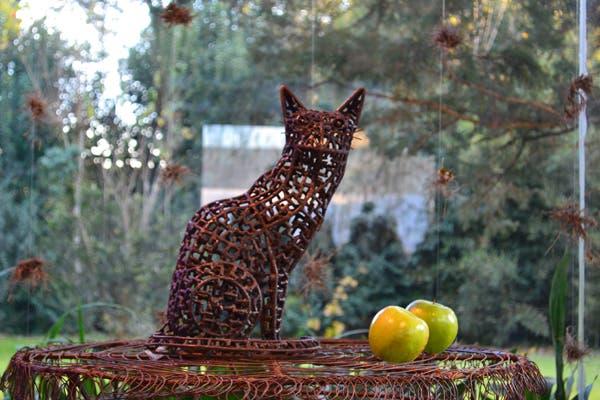 En primer plano, un gato esculpido en hierro se lleva todas las miradas. Foto: Soledad Avaca Cuenca