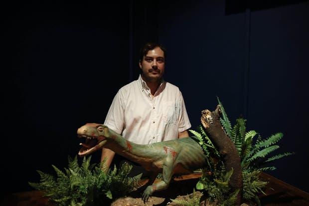 El paleontólogo argentino Martín Ezcurra y el nuevo integrante de la familia