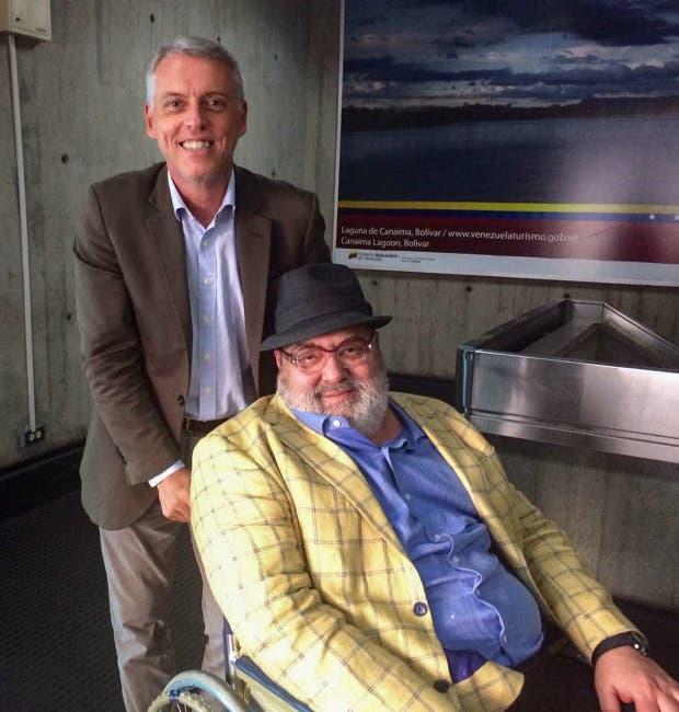 Jorge Lanata con el encargado de negocios de la embajada argentina en Venezuela, Eduardo Porretti, en el aeropuerto internacional de Caracas