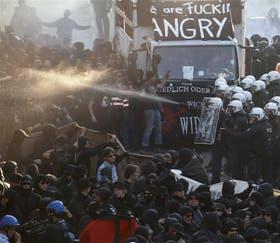 La policía enfrenta a los manifestantes anarquistas en Hamburgo