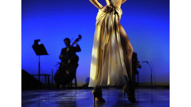 Carolina Giannini y Tango Inferno interpretan un tango llamado Susa antes de la salida a escena en el Joyce Theater de NY