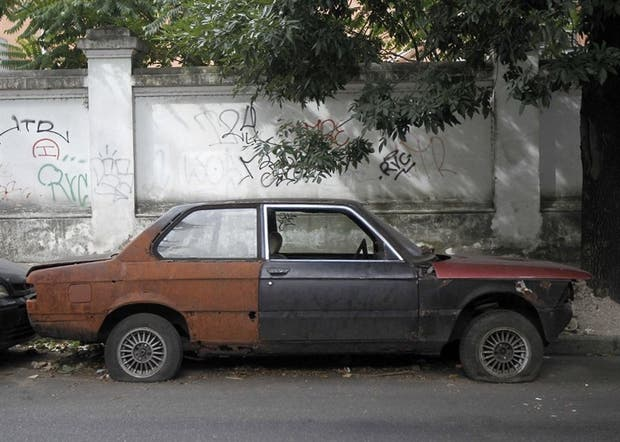 Los autos abandonados pueden convertirse en criaderos de mosquitos