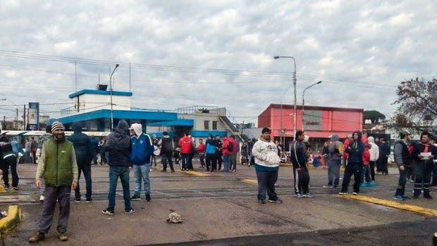 Trabajadores del tren Sarmiento bloquearon las vías en solidaridad con los despedidos de PepsiCo