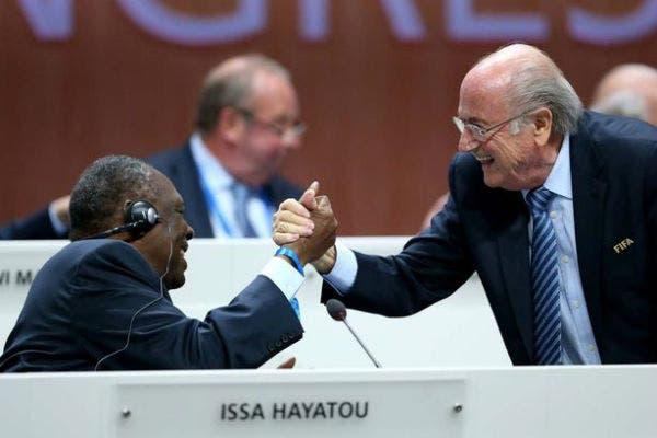 Hayatou junto a Sepp Blatter