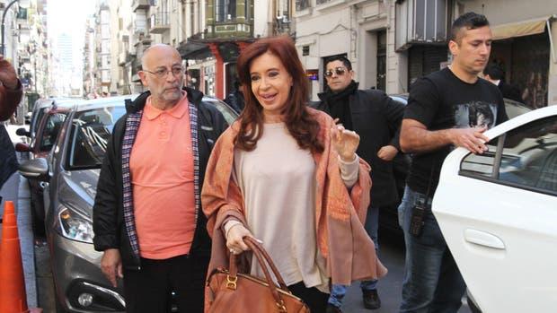 Cristina Kirchner jura como senadora en medio de un peronismo fragmentado