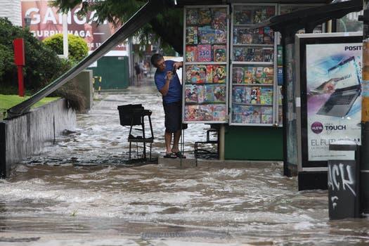 La intensa lluvia que cayó durante toda la noche y la mañana afectó a gran parte de la ciudad de Buenos Aires y algunas zonas de la provincia. Foto: LA NACION / Guadalupe Aizaga