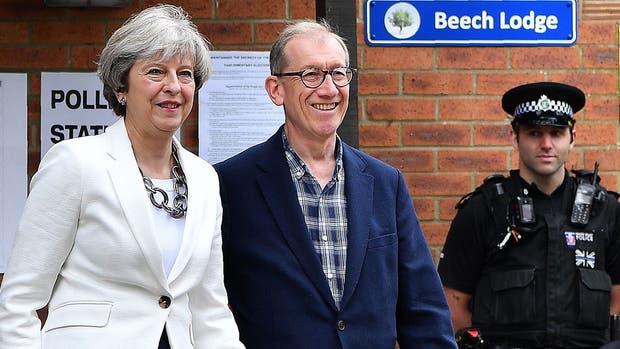 May sale junto a su marido del centro de votación en Sonning, oeste de Londres